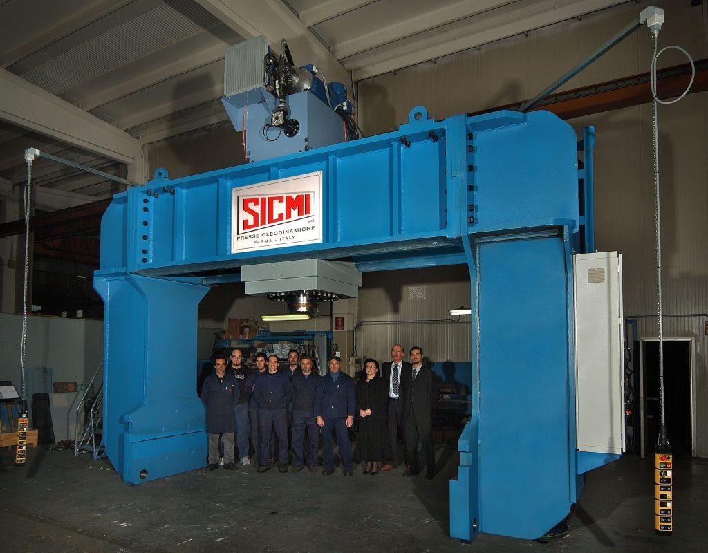 Pressa oleodinamica a montante mobile PMM con operai di SICMI